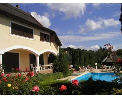 apartamentos en villa con piscina y pista