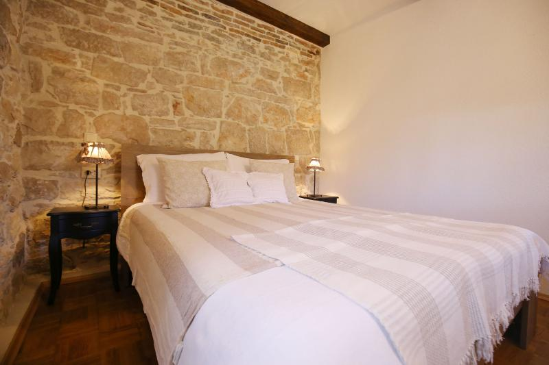 Stone house by the sea, holiday rental in Preko