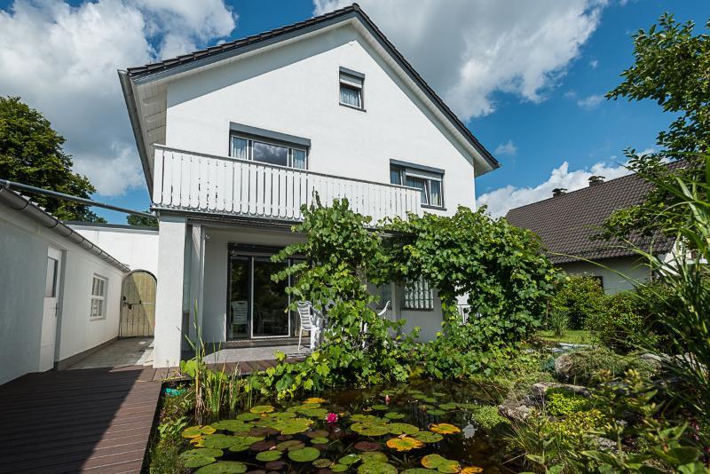 Großzügige 3 Zimmer Wohnung mit Balkon, holiday rental in Feldafing