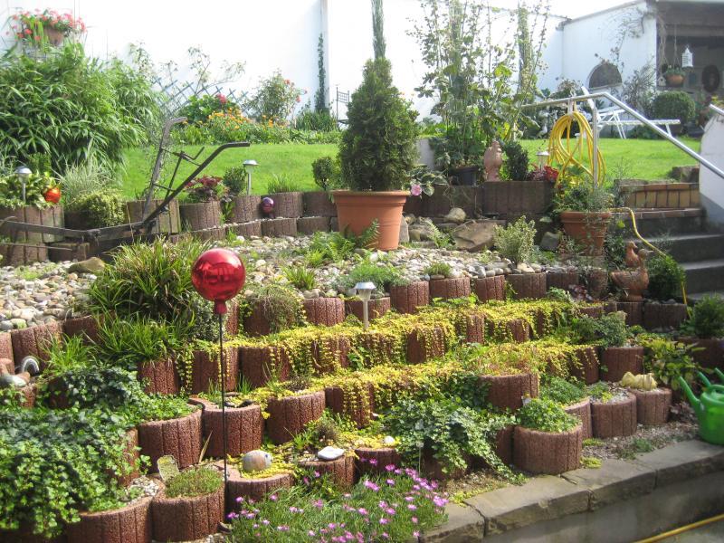 Blick in den Garten von der Terrasse und dem Essplatz