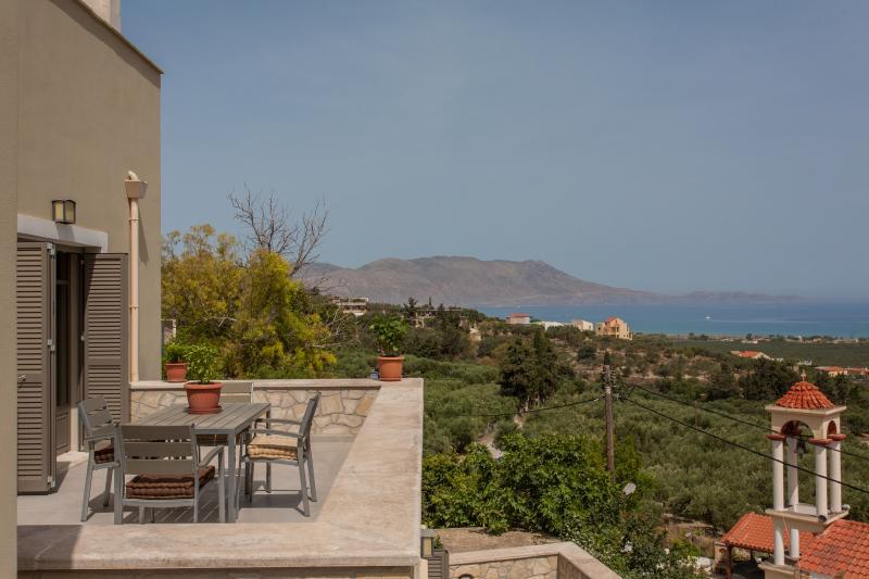 Villa Bilio , June offer,great view ,luxurius ap., alquiler vacacional en Drapanias