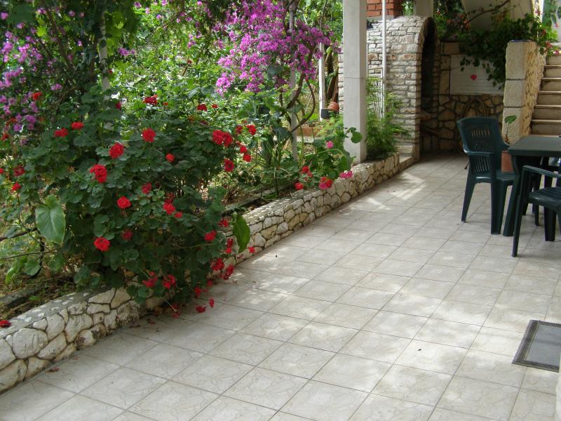 jardin d'ombre Nice avec grill et une entrée séparée ...