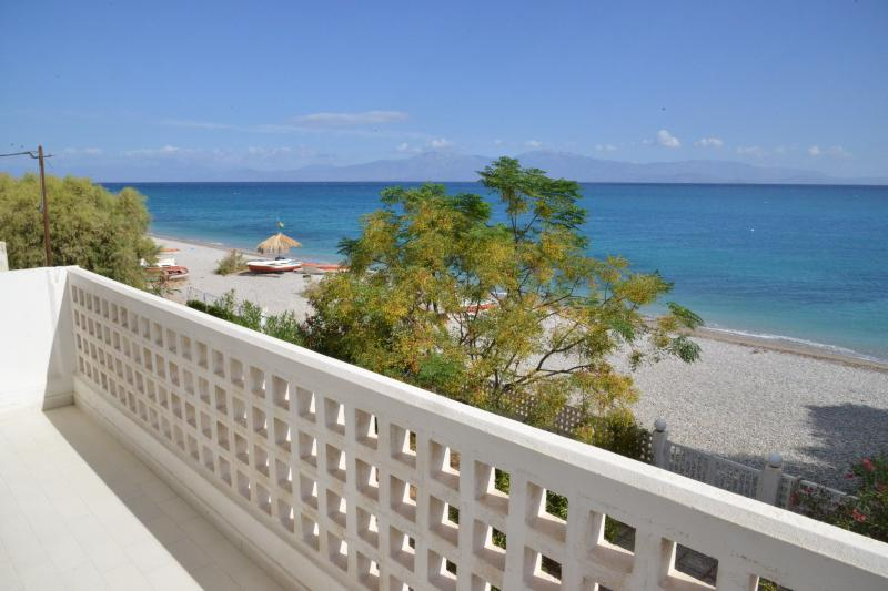 Beautiful beachfront house in Peloponnese certified by EOT!Ideal for all seasons, vacation rental in Kato Diminio