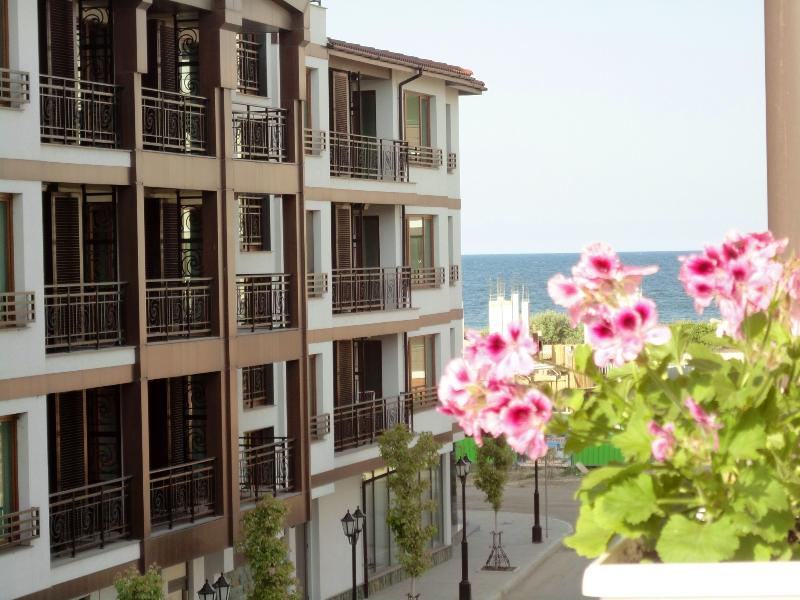 Spacious open plan apartment 70 m from the beach, holiday rental in Pomorie