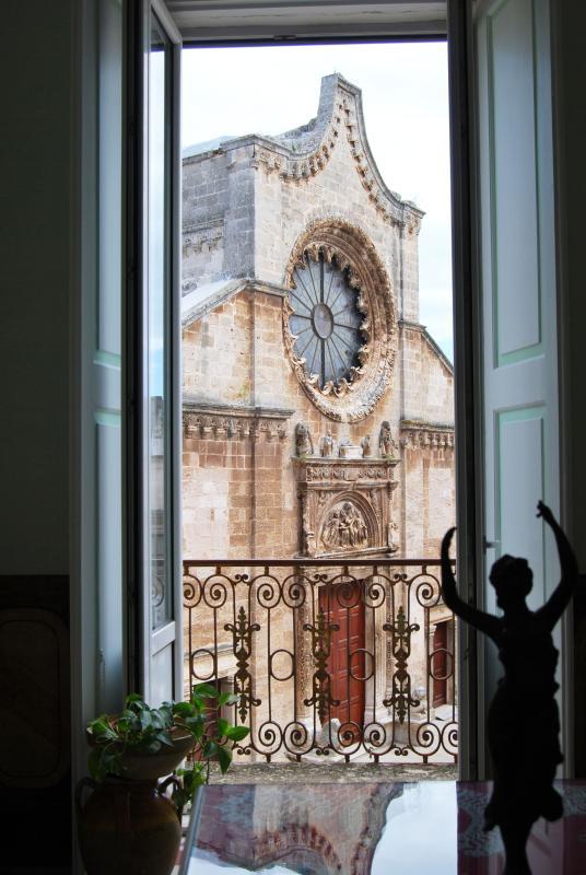 La vista sul rosone della chiesa Matrice accompagna l'ospite alla scoperta della struttura...