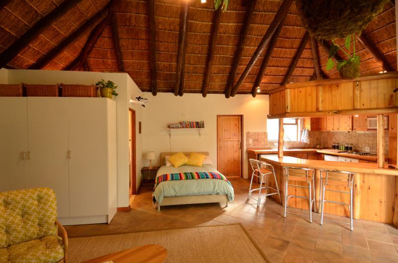Thatched Studio Near the Beach, alquiler de vacaciones en Melkbosstrand