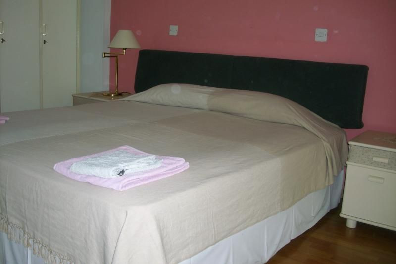 SPACIOUS CITY CENTRE TWO BEDROOM APT, vacation rental in Aradippou