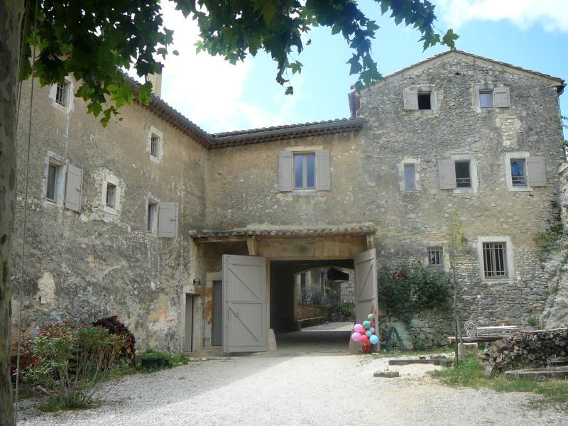 Belle maison en pierre près d'Uzès, holiday rental in Saint-Laurent-La-Vernede