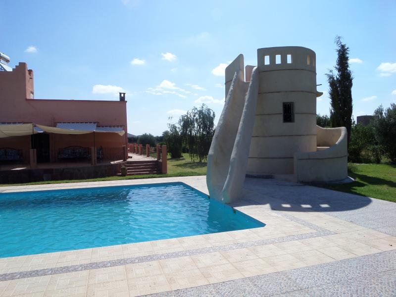 Villa avec piscine et toboggan, holiday rental in Marrakech