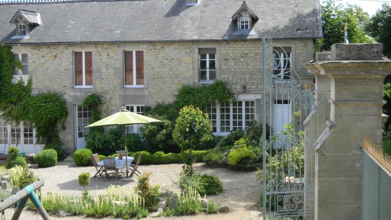 le gite 'a l'ombre du chêne' se situe dans l'aile droite ,avec jardin privatif .