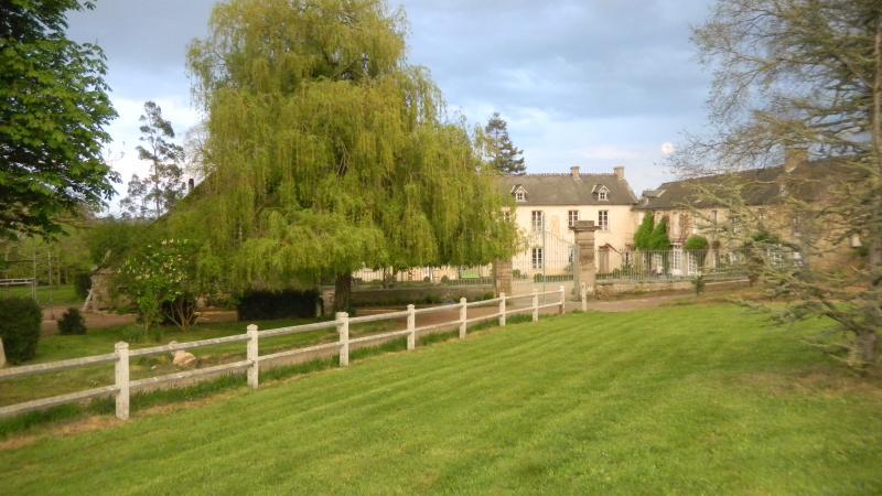 Le manoir du chêne est une demeure du XVIIIe siècle,entourée de verdure .