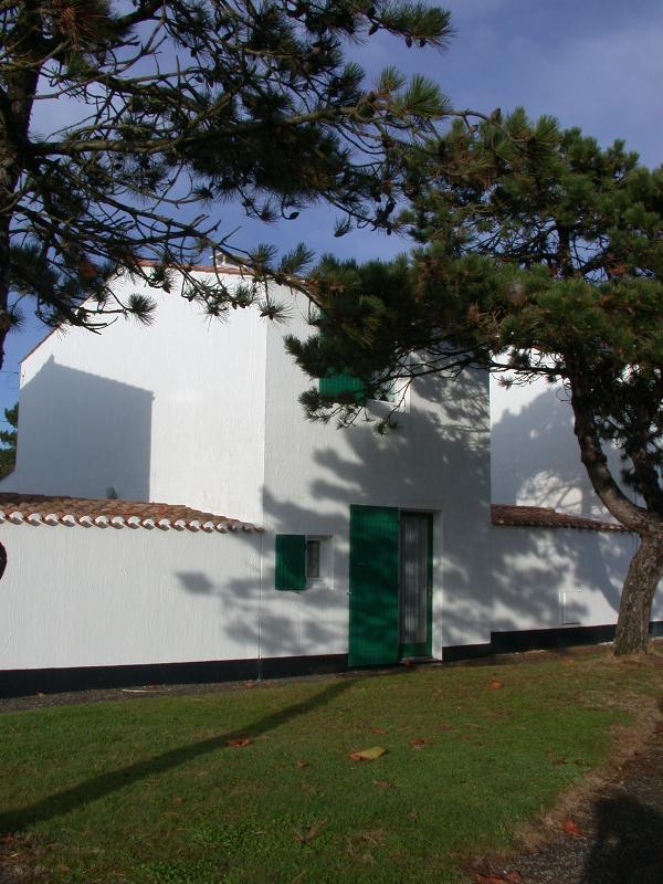 voorzijde van het huis parkeerplaats achter