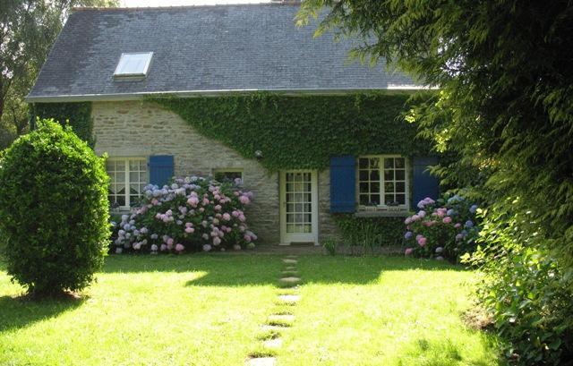 maison de charme en pierres avec son jardin fleuri