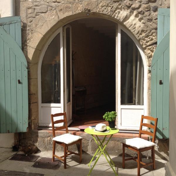 Typique maison au centre historique de la roquette, aluguéis de temporada em Fourques