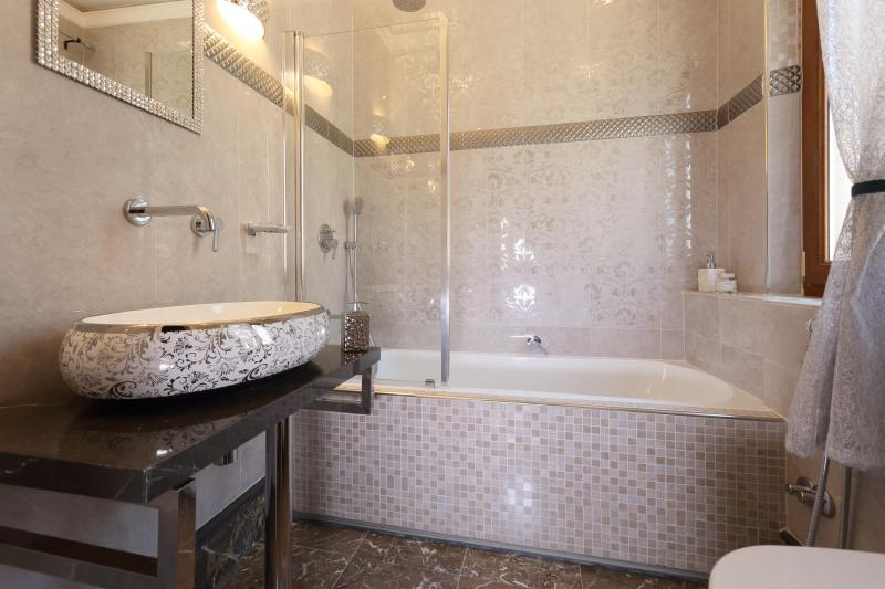 Deluxe ensuite bath room of master bed room