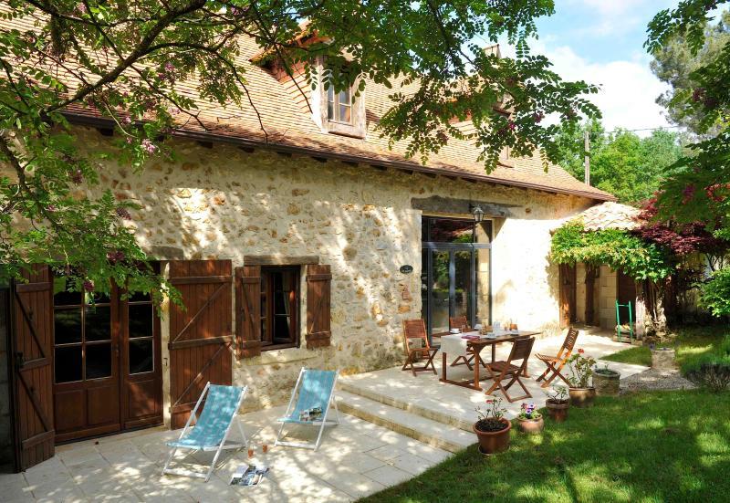Maison avec piscine pour 9 personnes. Animaux bienvenus. Nature et calme., holiday rental in Douzillac