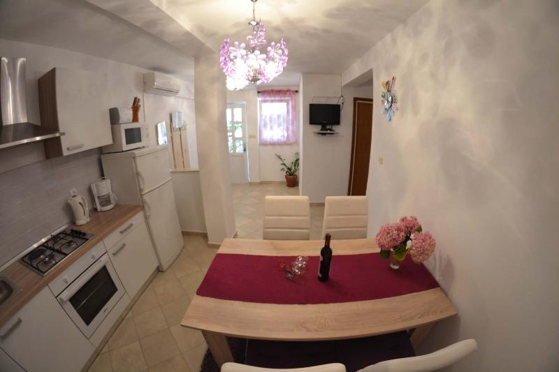 APARTMENT MARIJA SKOBLAR NUMMER 2, holiday rental in Kampor