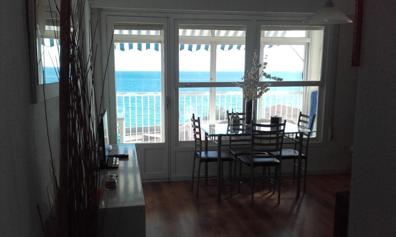 APARTAMENTO LA MARINA CON VISTAS AL MAR Y LA PLAYA, holiday rental in Alicante