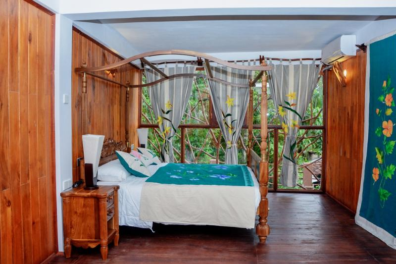 Lush Life Villa, a place to relax in comfort, vacation rental in Hiniduma
