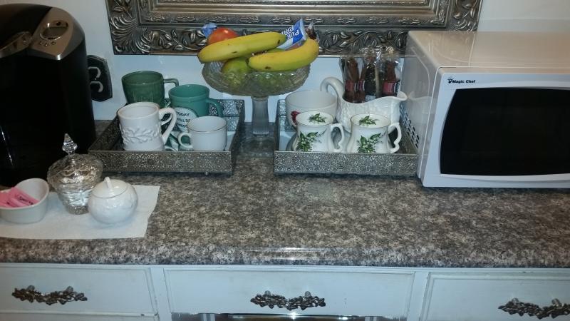 Koffie en thee benodigdheden, fruit, yoghurt, microwaveable ontbijt sandwiches, repen