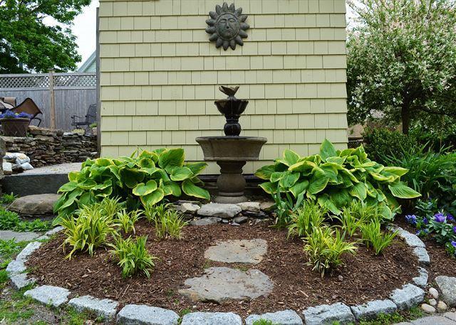 Zona de jardín relajante en el patio trasero.