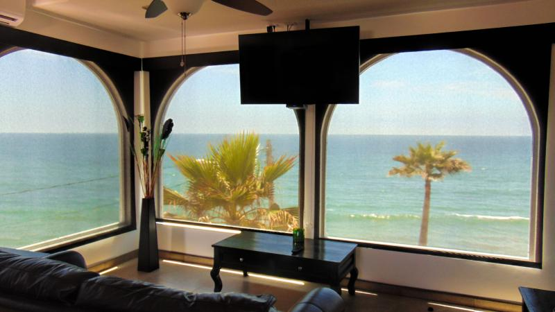 Casa Mar Azul - penthouse with ocean views, beach front, pool & jacuzzi, aluguéis de temporada em Baja California Norte