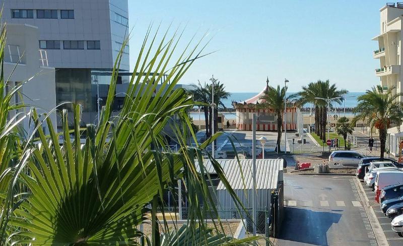 Beau studio plein centre equipé, clim, parking, vue mer, terrasse 6m2 avec table et chaise vue mer