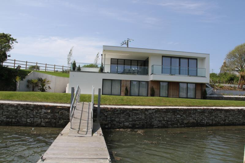 Ancarva - contemporary waterside holiday home, Ferienwohnung in Millbrook