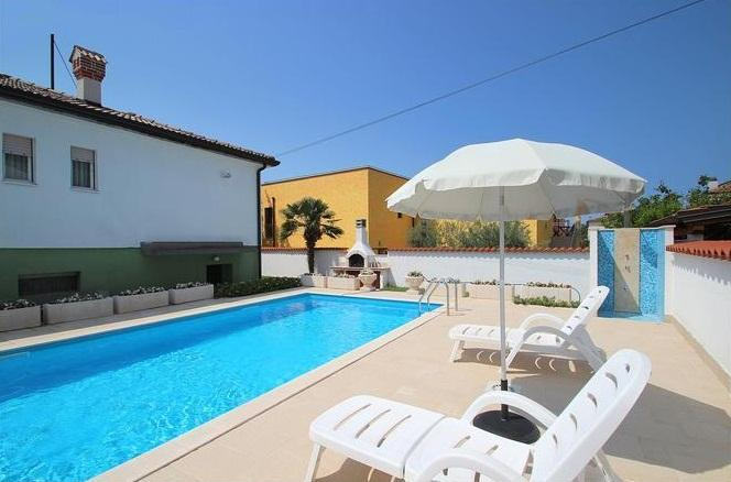 Villa Maria with pool, near the beach, top position, 3 bedrooms, pets welcome, alquiler vacacional en Umag