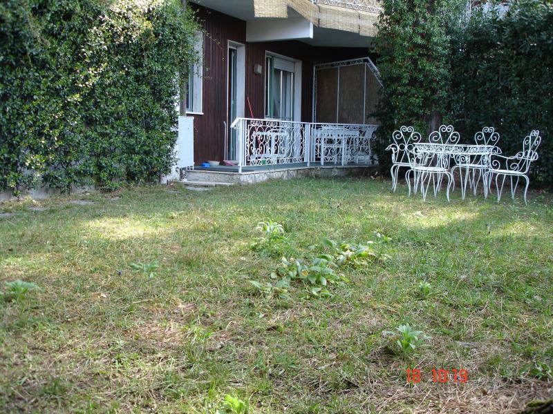appartamento al mare con giardino e posto auto, holiday rental in Poveromo