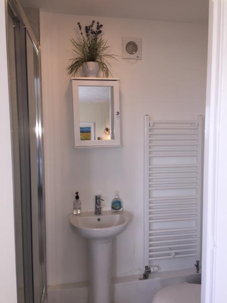 upstairs en suite bathroom