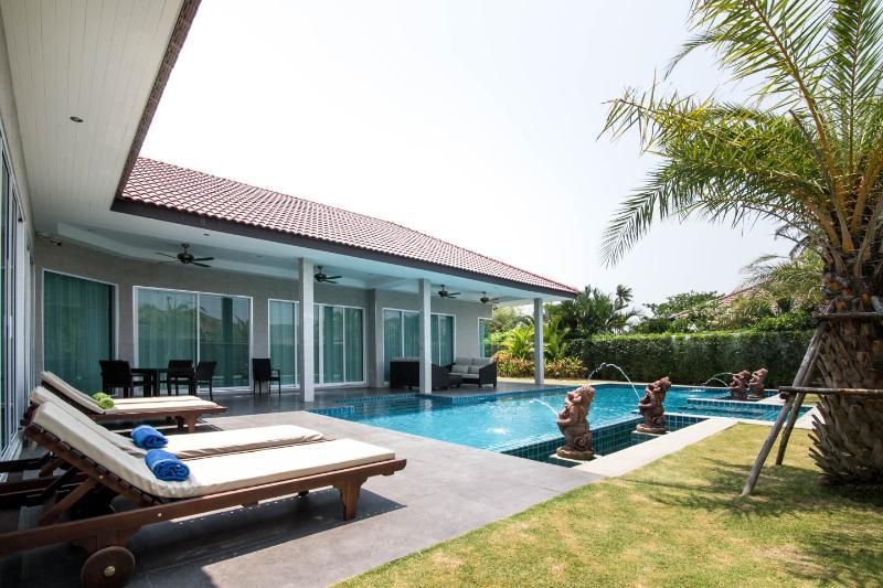 Luxury Private Pool Villa and Spa with Meet & Greet Service, casa vacanza a Hua Hin