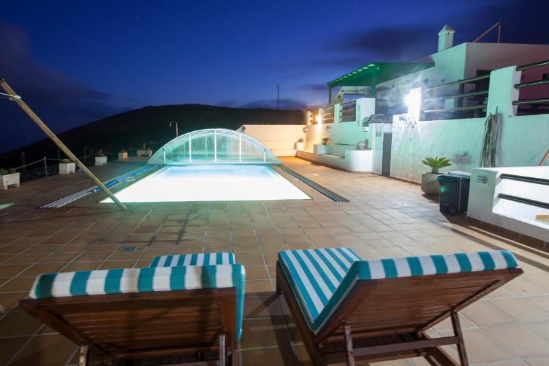 Anochecer piscina Casa Tinasoria