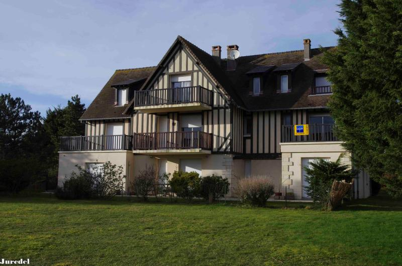 Beautiful 2 rooms near, golf & beach 50 m Standing, vacation rental in Cabourg