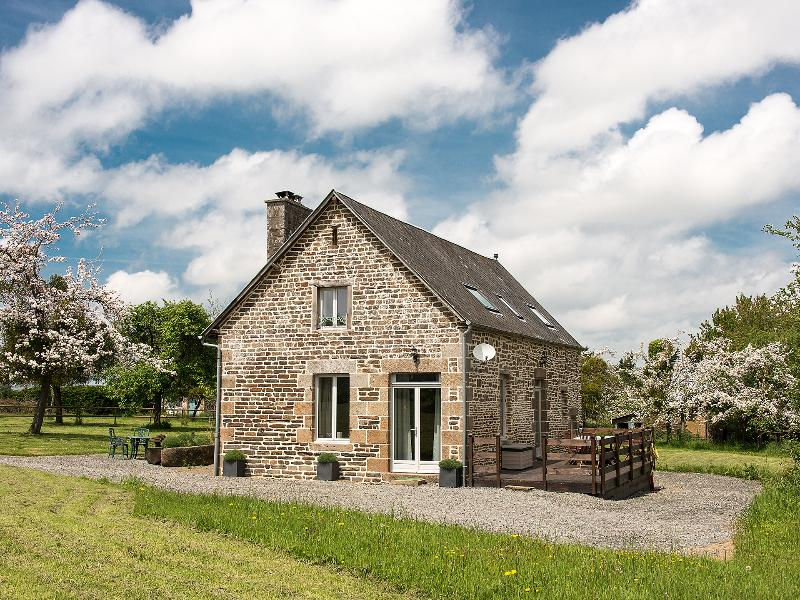 Large luxurious converted barn near Brécey, location de vacances à Les Cresnays