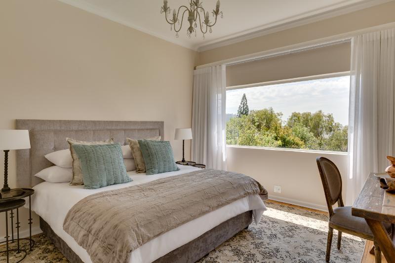 1 dormitorio con vistas al mar ya la montaña