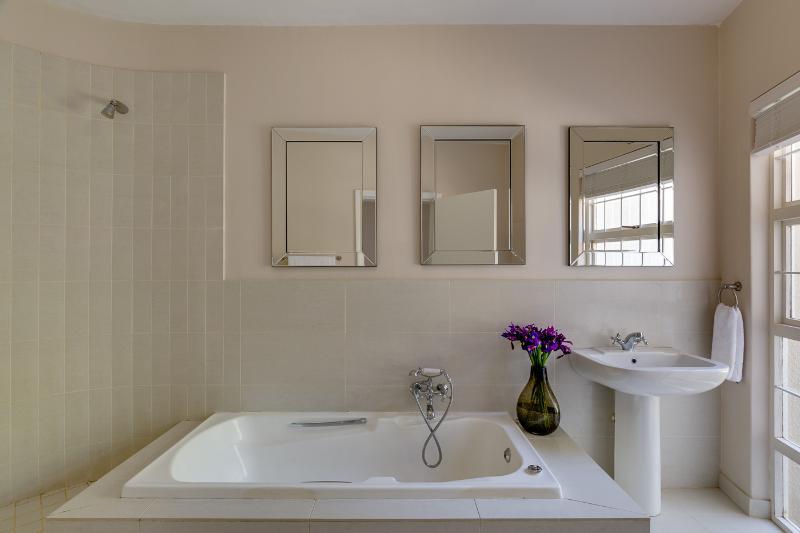 1 cuarto de baño con bañera y ducha separadas