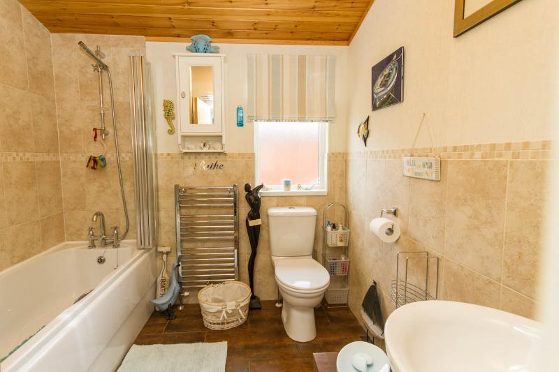 moderna casa de banho principal com banheira e chuveiro