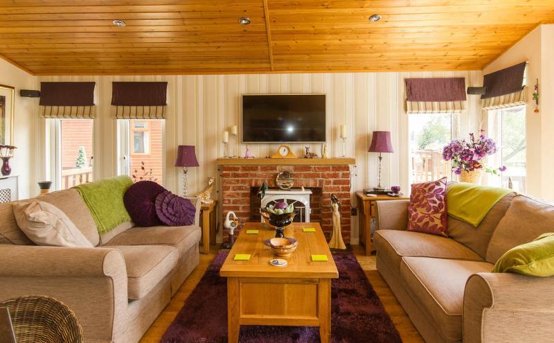 vista da Smart TV com 2 grandes sofás confortáveis