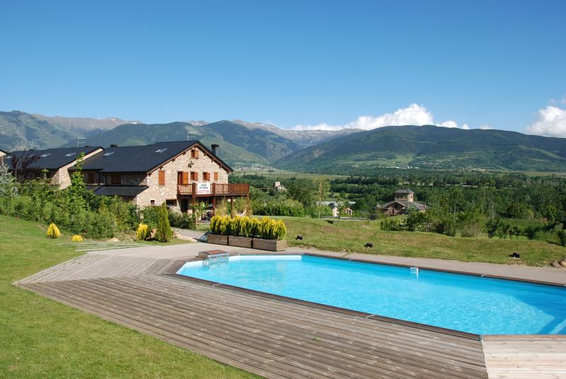 HOUSE WITH PRIVATE GARDEN AND COMMUNITY POOL 2300 M2