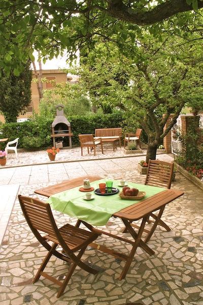 Giardino con tavolo e sedie