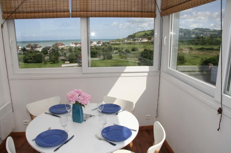 El comedor de la casa con vistas al mar