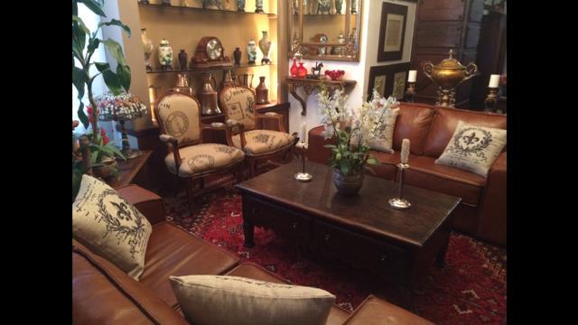 Ambiente classico ,sofisticado com tapetes persas e peças de arte!