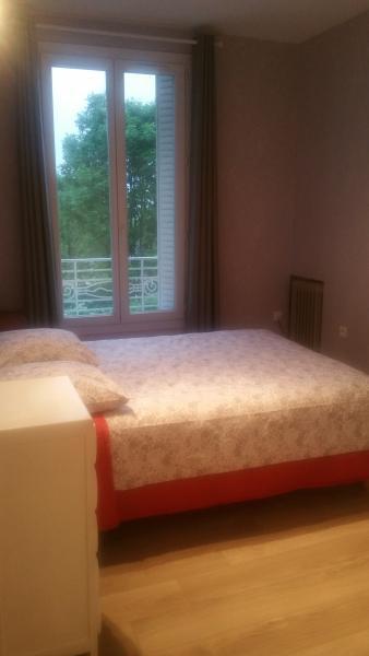 la chambre avec un lit de 2 personnes,drap ,couverture fourni , calme, vu jardin