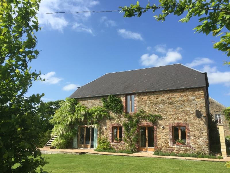 Country Chic, KerWest, L'Aumônerie, Luxurious Converted Barn, location de vacances à Le Molay-Littry