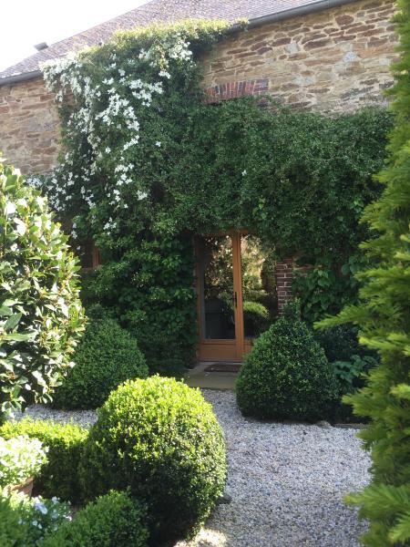 English garden entry to ground floor apartment.