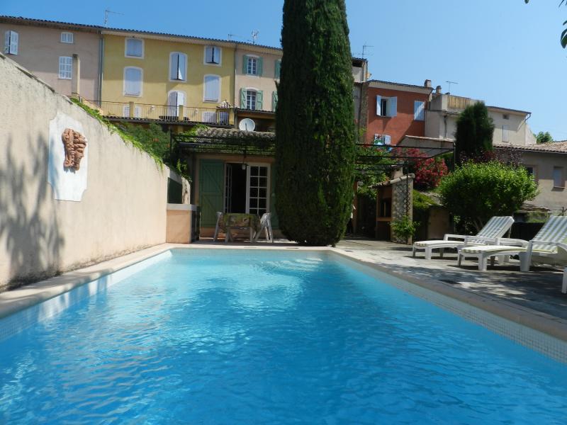 Maison de village au charme provençal avec piscine, vacation rental in Cabasse