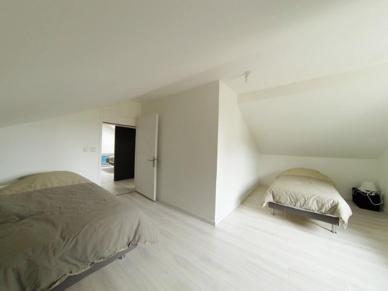 La chambre 1 avec 2 lits 90x200 cm et un lit bébé.