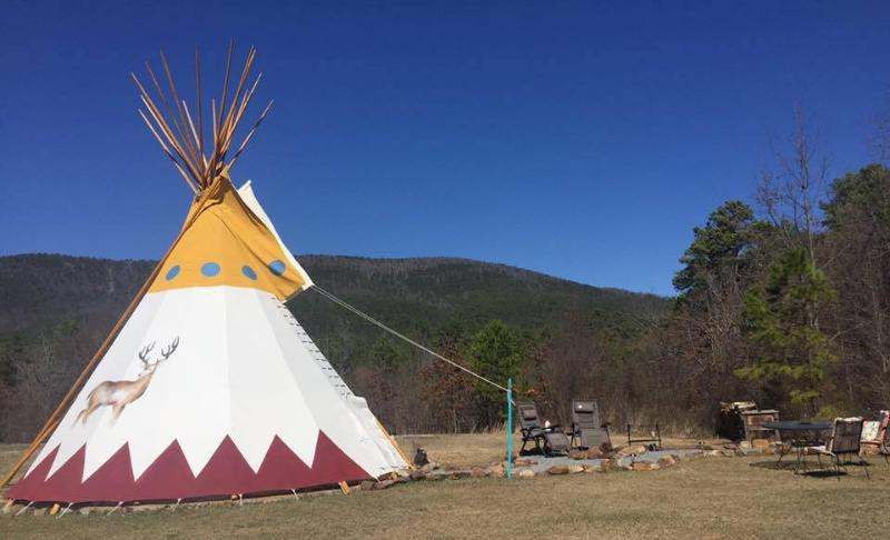 Bring Your Tribe & Stay in our 27 foot Custom Teepee!, location de vacances à Octavia