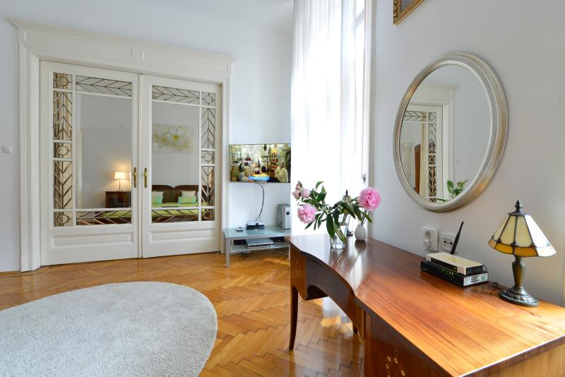 In the city center, silent, sunny, 4 persons, free WI-FI, A/C, Smart 3D TV, family friendly